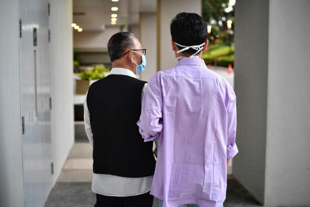 Encik Wang (kiri), yang merupakan pesakit koronavirus pertama di Singapura, dan anaknya yang juga dijangkiti virus itu. - Foto fail