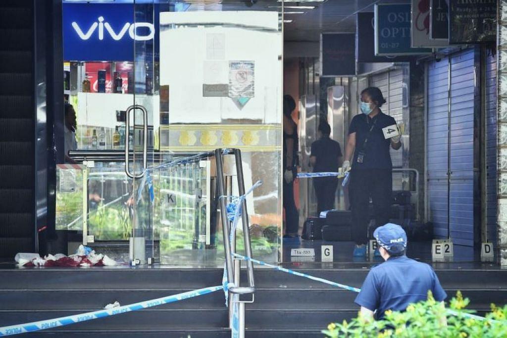 LOKASI PEMBUNUHAN: Gambar yang diambil pada 2 Julai 2019 ini menunjukkan ruang masuk utama Orchard Towers dikepung bagi siasatan polis. Seorang lelaki sebelum itu ditemui berlumuran darah di atas lantai di situ.