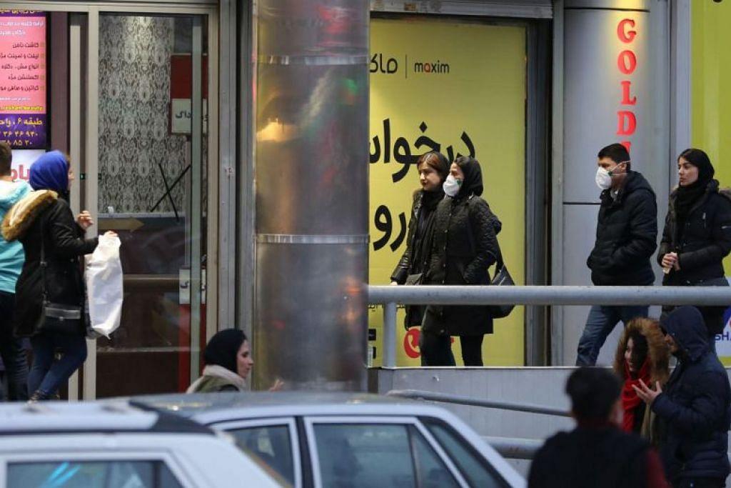 KORONAVIRUS DI IRAN: Penduduk tempatan di Teheran memakai pelitup sebagai langkah berjaga-jaga di tengah-tengah penularan Covid-19.