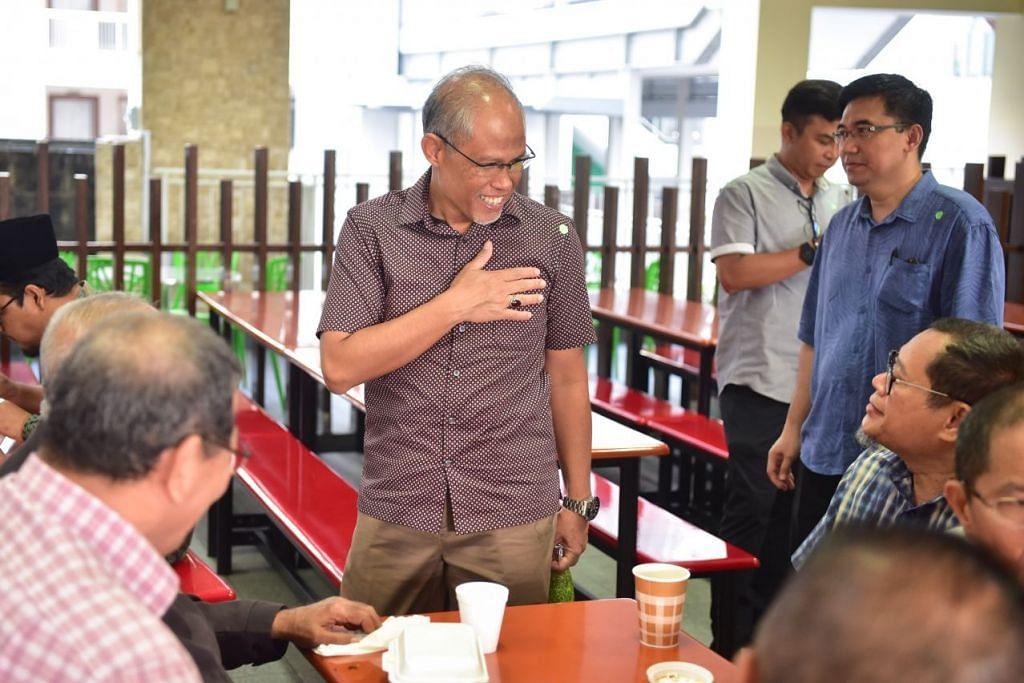 DEKATI PEMIMPIN TENTANG VIRUS: Encik Masagos beramah mesra dengan beberapa pemimpin masyarakat sebelum sesi panel berhubung koronavirus bermula.