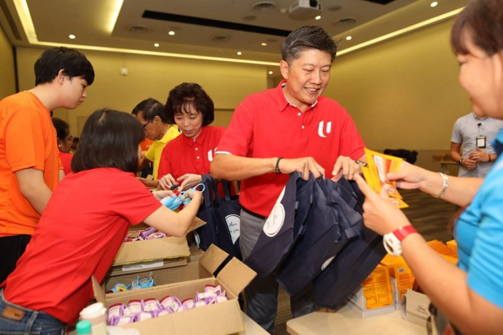 BANTU PEKERJA TANGANI VIRUS: Setiausaha Agung Kongres Kesatuan Sekerja Kebangsaan (NTUC) Ng Chee Meng dan Presiden NTUC Mary Liew (sebelah Encik Ng) menyertai relawan menyiapkan pek penjagaan bagi membantu pekerja berbilang industri tangani Covid-19 di sini.