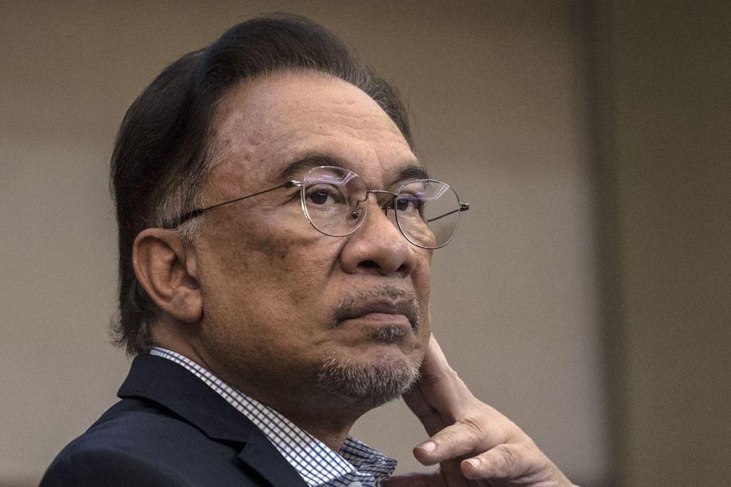 Datuk Anwar Ibrahim menemui beberapa pemimpin parti gabungan setelah mengakui bahawa beliau dikhianati. Foto EPA-EFE