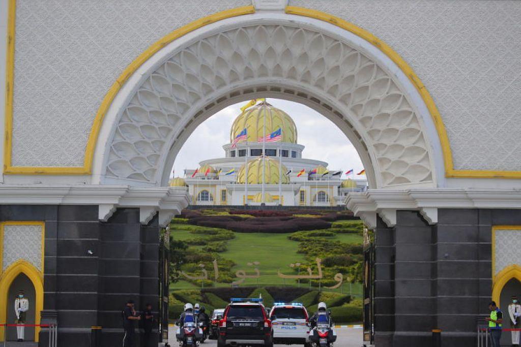 PELETAKAN JAWATAN DITERIMA: Yang di-Pertuan Agong berkenan menerima peletakan jawatan Dr Mahathir sebagai perdana menteri.