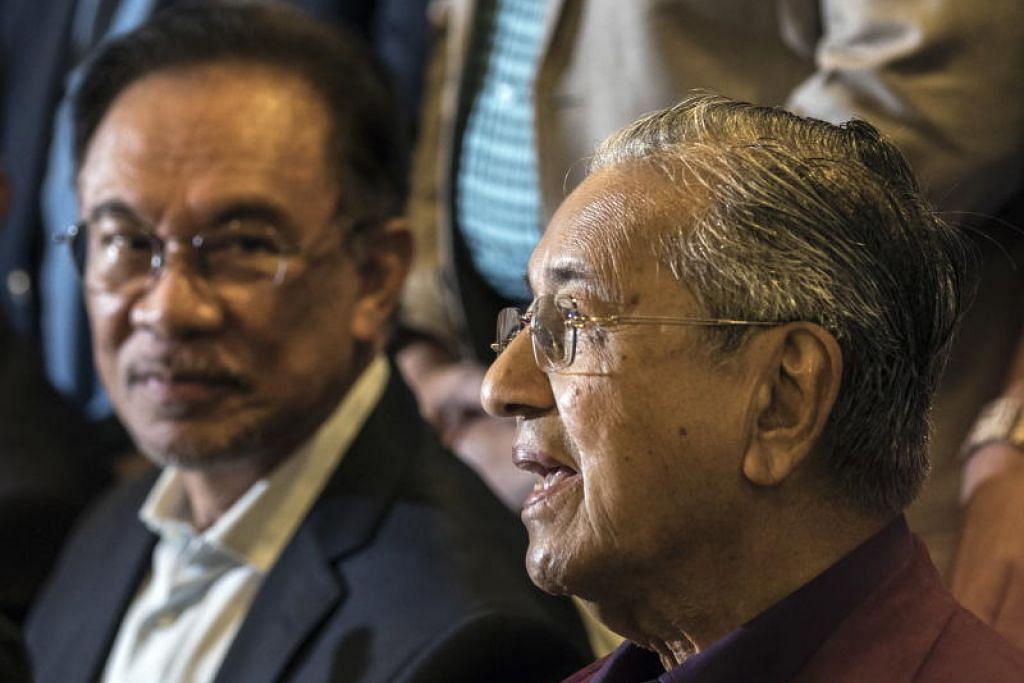 Datuk Seri Anwar Ibrahim dan Tun Dr Mahathir Mohamad dalam satu sidang akhbar di Putrajaya, Malaysia pada 21 Februari 2020.