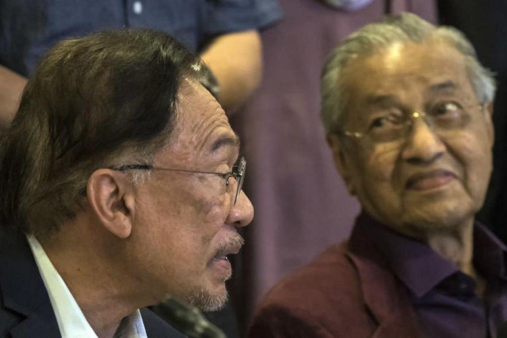Datuk Seri Anwar Ibrahim dan Tun Dr Mahathir Mohamad dalam satu sidang akhbar di Putrajaya, Malaysia pada 22 Februari 2020.