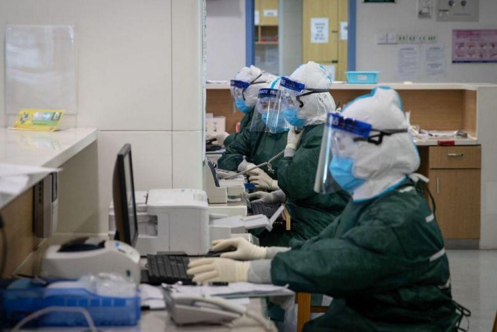 Kakitangan perubatan bekerja di sebuah hospital di Wuhan pada 22 Februari 2020.
