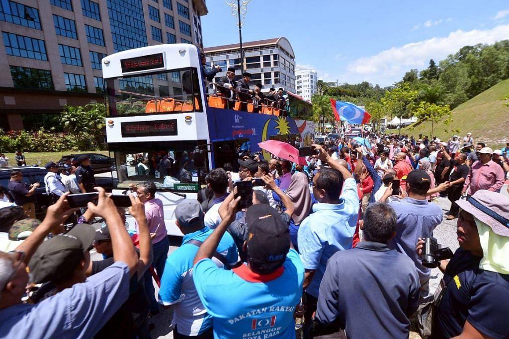 AP PKR meninggalkan Istana Negara pada Rabu 26 Februari 2020 dengan menaiki bas Hop On Hop Off setelah menghadap Yang di-Pertuan Agong Malaysia. Foto: THE STAR/ASIA NEWS NETWORK