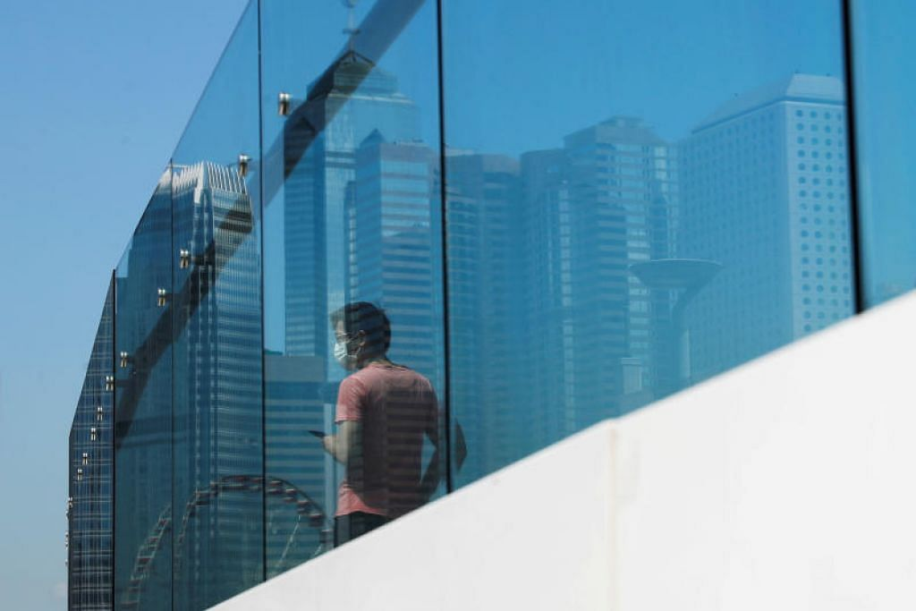 Pemerintah Hong Kong akan memberi habuan HK$10,000 ($1,800) kepada 7 juta penduduk tetap dalam usaha merancakkan kembali ekonominya.