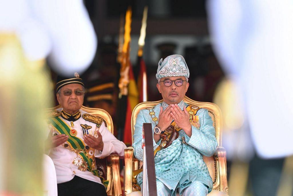 Yang di-Pertuan Agong Malaysia, Sultan Abdullah Ri'ayatuddin (kanan) mengadakan sesi wawancara secara satu persatu dengan kesemua Anggota Parlimen kerajaan setelah Dr Mahathir meletak jawatannya sebagai PM. Foto: AFP.