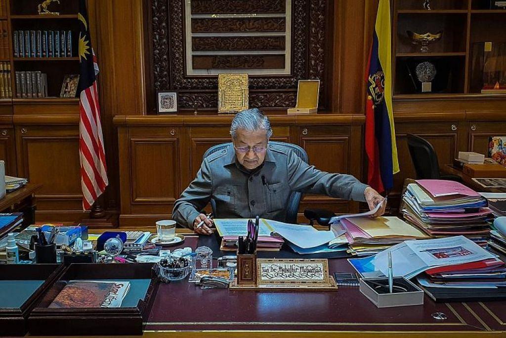 Dr Mahathir kembali bekerja seperti biasa di pejabatnya di Putrajaya sebagai Perdana Menteri sementara pada Selasa (25 Februari).