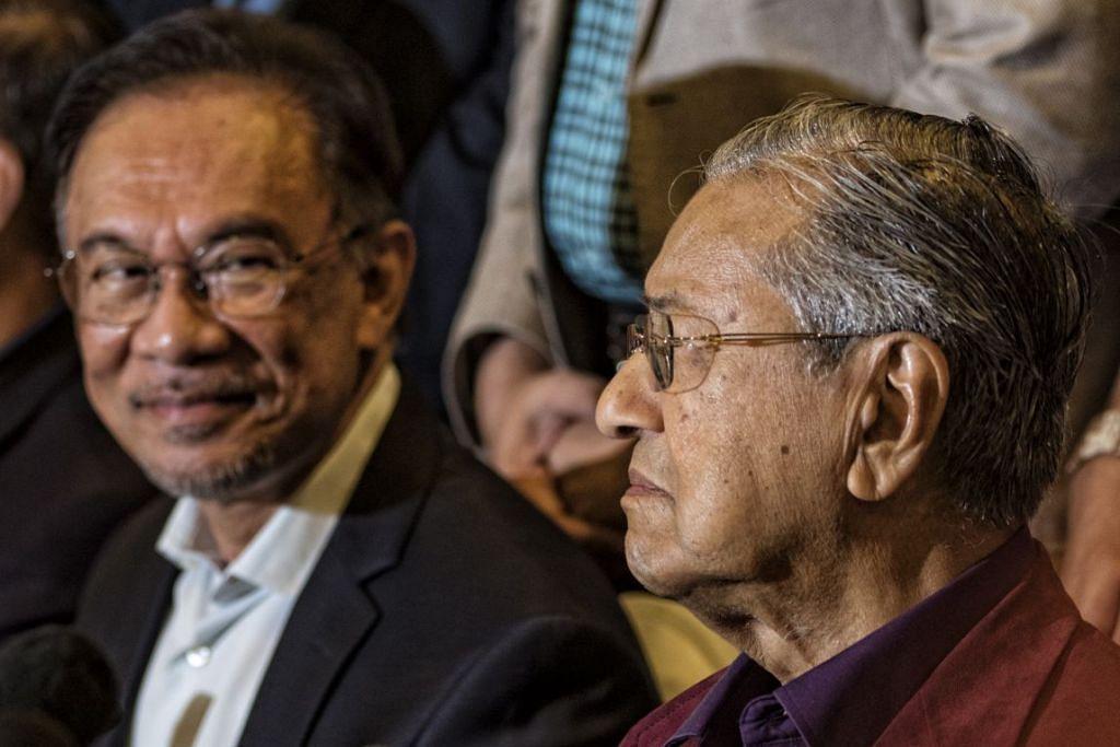 Perdana Menteri Malaysia, Dr Mahathir (kanan) bersama dengan Datuk Seri Anwar Ibrahim sewaktu di persidangan media. Foto: EPA-EFE.