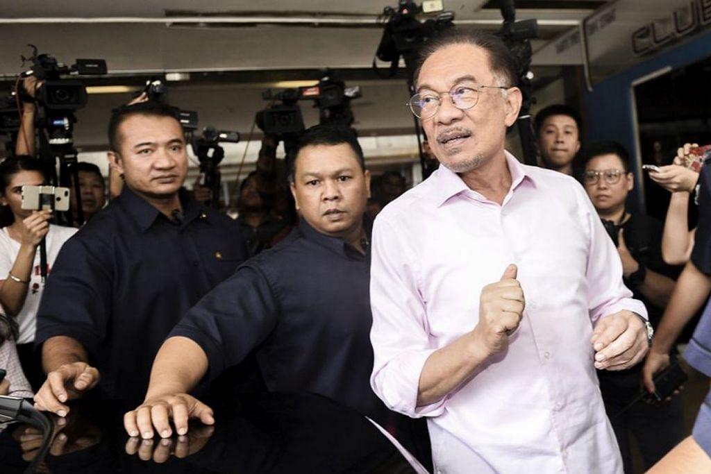 TIADA LAGI PERTEMUAN DENGAN MAHATHIR: Datuk Anwar dilihat meninggalkan Hotel Eastin di Petaling Jaya selepas pertemuan pemimpin Pakatan Harapan semalam. - Foto MALAY MAIL