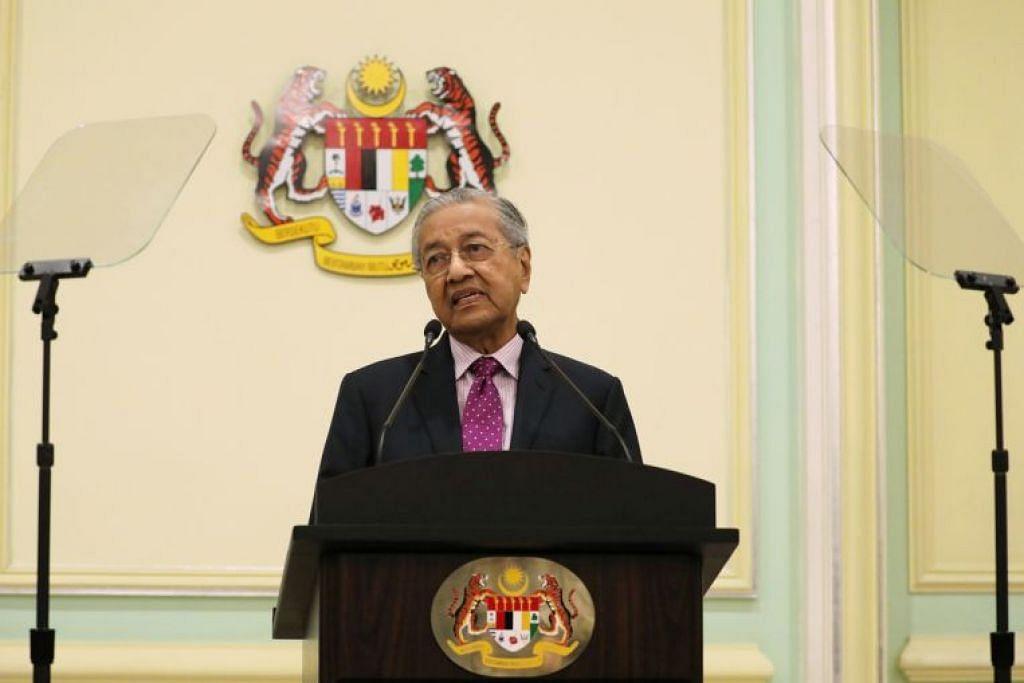 Perdana Menteri sementara Malaysia Mahathir Mohamad bercakap semasa sidang berita di Putrajaya pada Khamis (27 Februari).