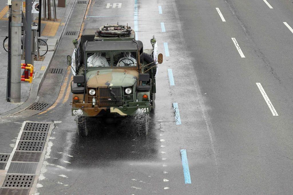 Kenderaan tentera digunakan untuk membasmi kuman di Daegu, Korea Selatan pada 27 Februari 2020. Foto: AFP