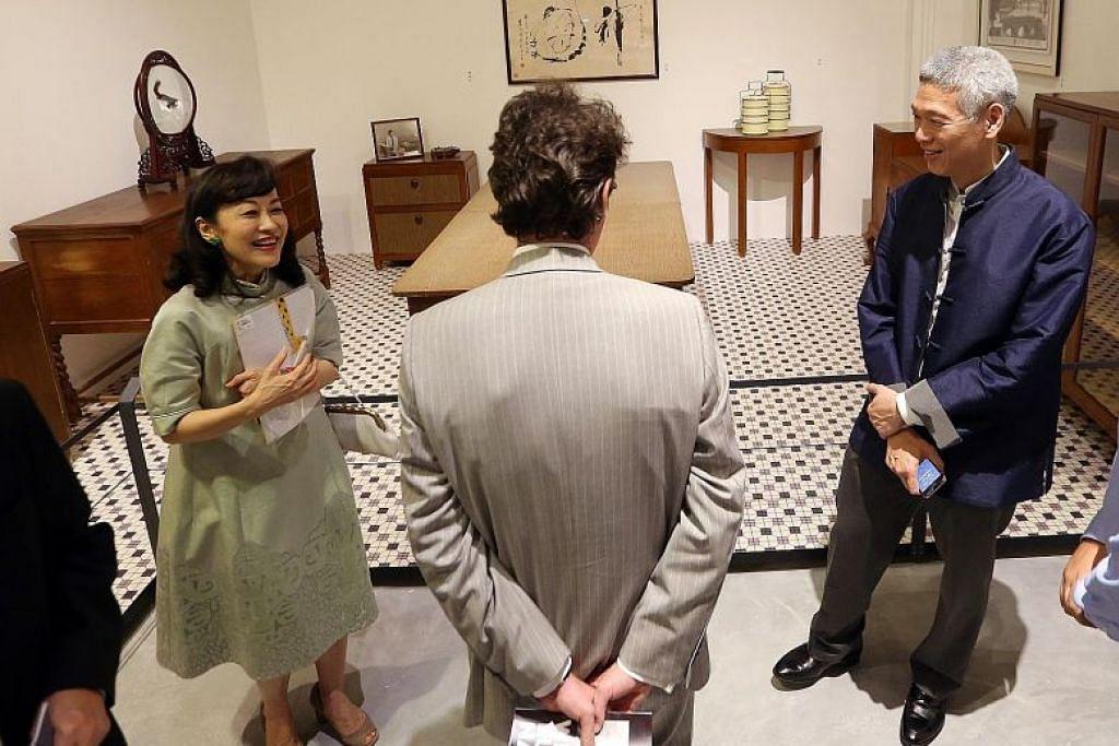 Encik LeeHsien Yang (kanan) dan isteri Cik LeeSuet Fern (kiri) di previu pameran 'WeBuilt A Nation' di Muzium Negara Singapura pada 2015, yang memaparkan barangan dan perabot dari rumah Encik Lee Kuan Yew.