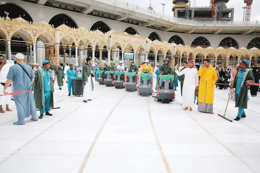 Pejabat Presiden Besar bagi Ehwal Dua Masjid Suci mencuci dan menyahjangkit lantai Masjidil Haram di Makkah empat kali sehari sebagai sebahagian langkah untuk memastikan keselamatan jemaah dan pelawat. - Foto SPA