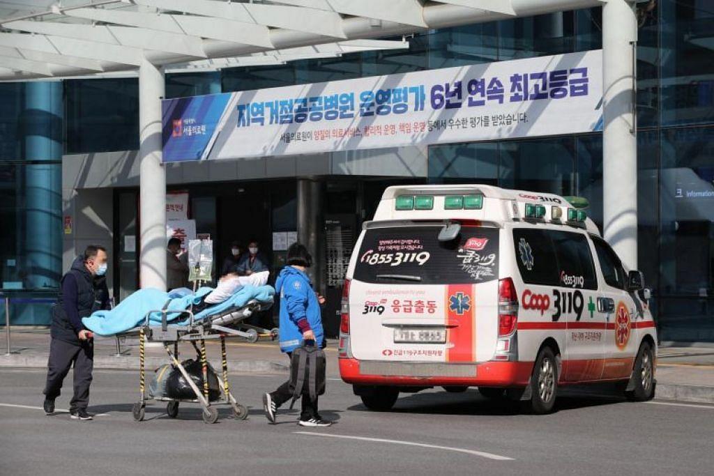 Gambar ini diambil pada 27 Februari lalu, yang menunjukkan pesakit sedang dipindahkan dari Pusat Perubatan Seoul ke hospital lain di Seoul.