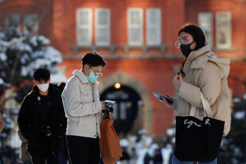 Penduduk memakai pelitup dilihat di depan bangunan pejabat pemerintah Hokkaido di Sapporo, Hokkaido, pada 26 Februari.
