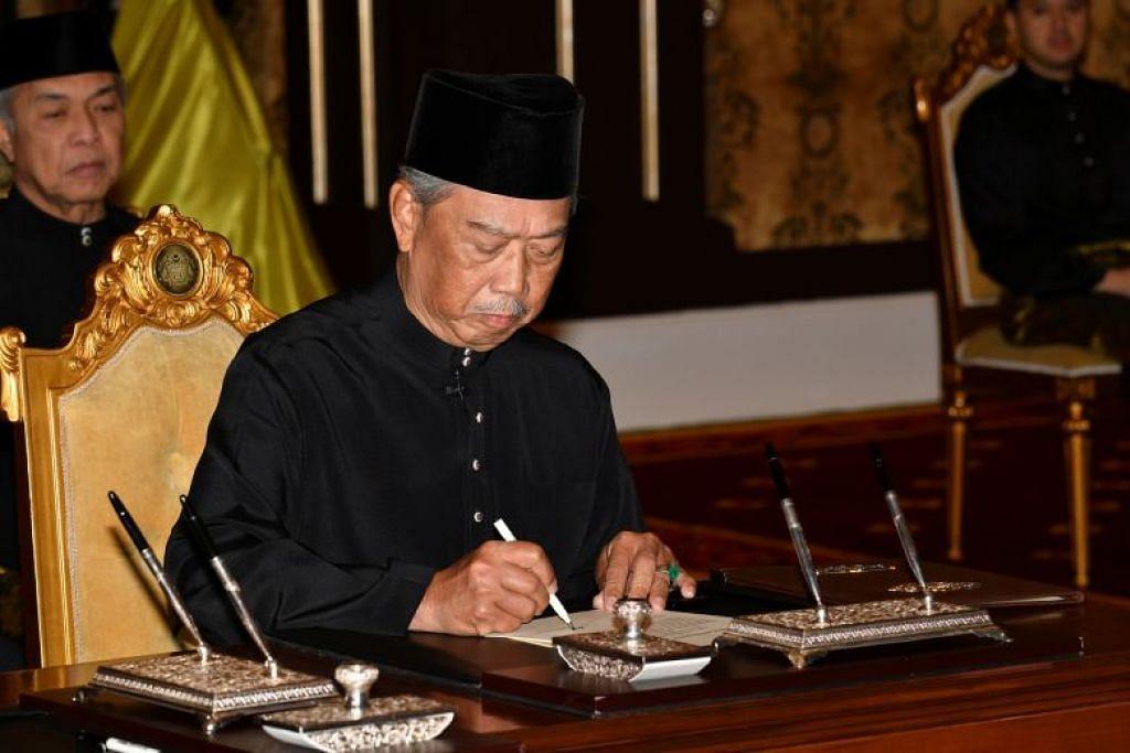 Tan Sri Muhyiddin Yassin menandatangani satu dokumen semasa upcara mengangkat sumpah sebagai perdana menteri Malaysia yang terkini, di Kuala Lumpur, Malaysia.