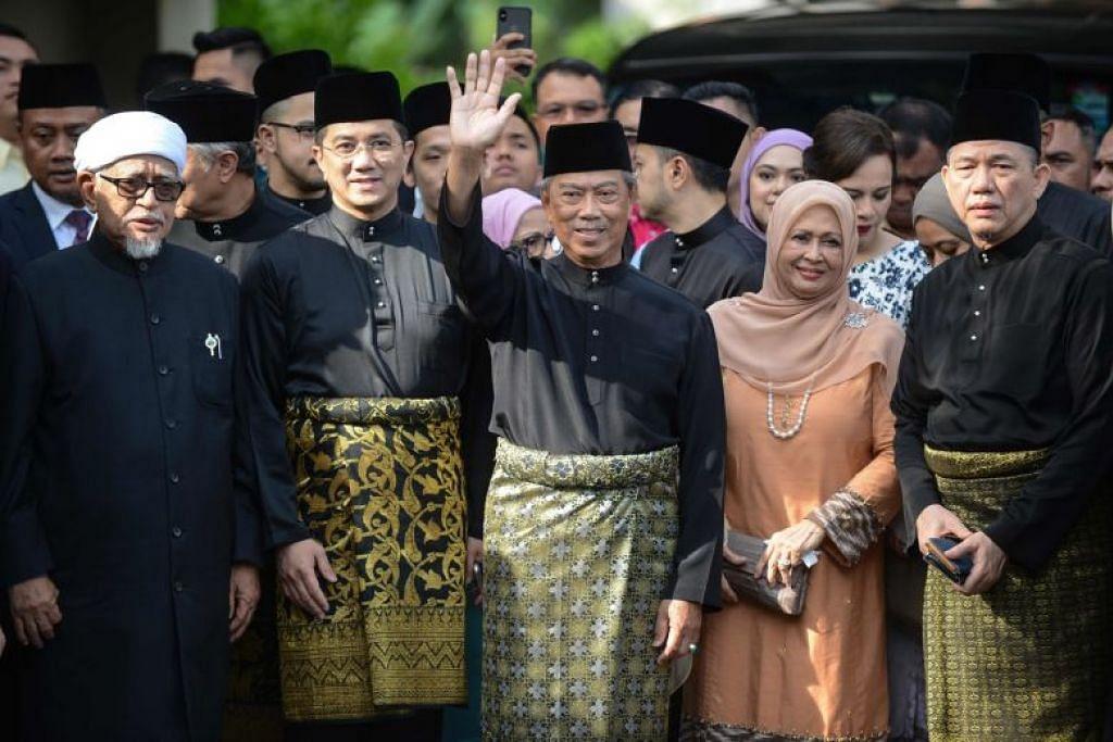 (dua dari kiri) Datuk Seri Azmin memberi sokongan teguh kepada Perdana Menteri baru Malaysia, Tan Sri Muhyiddin Yassin (tengah).