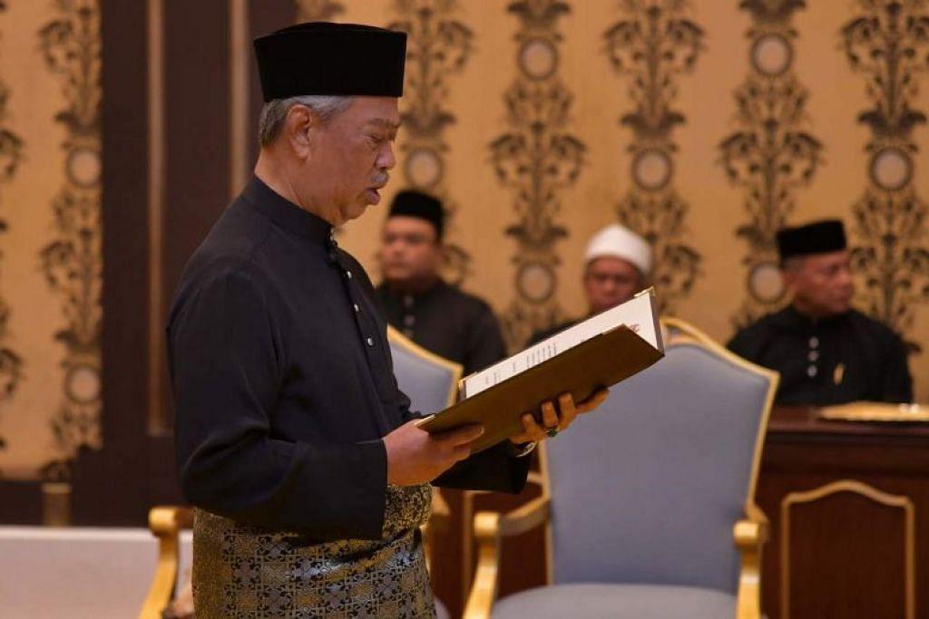 Perdana Menteri baru Malaysia, Tan Sri Muhyiddin Yassin membacakan sumpah semasa upcara istiadat angkat sumpah jawatan, di Istana Negara pagi tadi.