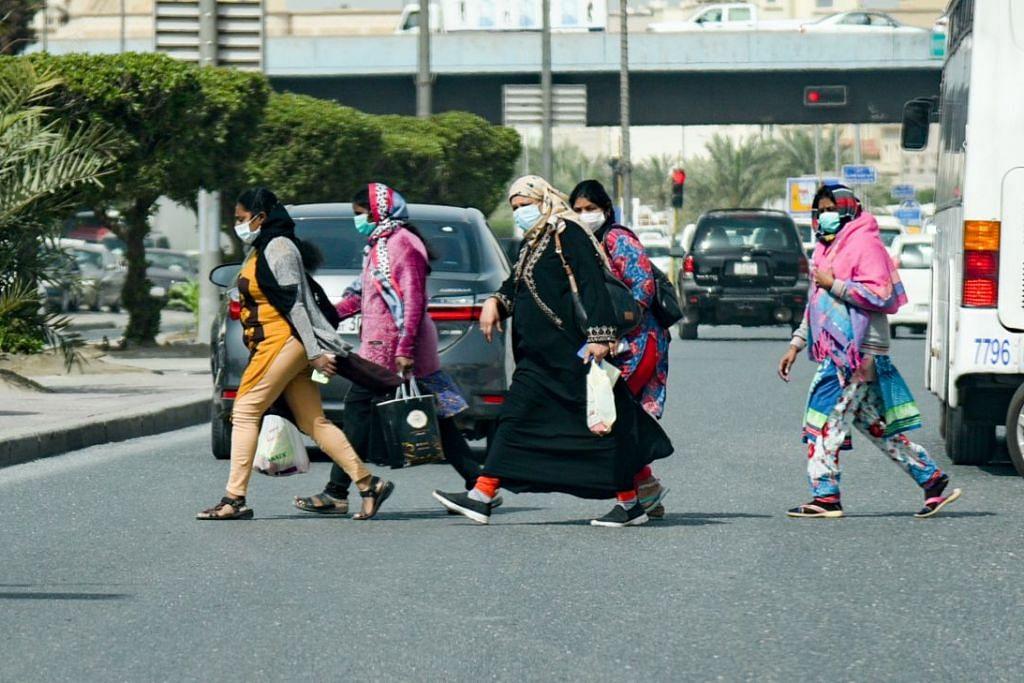 Beberapa orang sedang memakai pelitup di Kuwait pada 29 Februari 2020. Foto: EPA-EFE