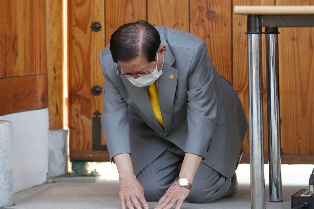SESAL: Pengasas dan ketua gereja Shincheonji Church of Jesus, Lee Man-hee merendahkan dirinya sambil menunduk kepala sebanyak dua kali kepada wartawan untuk meminta maaf sewaktu sidang media yang diadakan di villanya di Gapyeong, Korea Selatan pada 2 Mac 2020. Foto: EPA-EFE