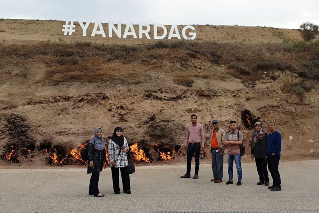 TANAH BERAPI: Dikenali sebagai 'The Land of Fire', Azerbaijan merupakan negeri yang kaya dengan gas asli, hinggakan terdapat satu bukit bernama Yanar Dag yang mempunyai api yang sentiasa terbakar berpunca dari bawah tanah. - Foto-foto oleh AL-QASWA TRAVEL & TOURS