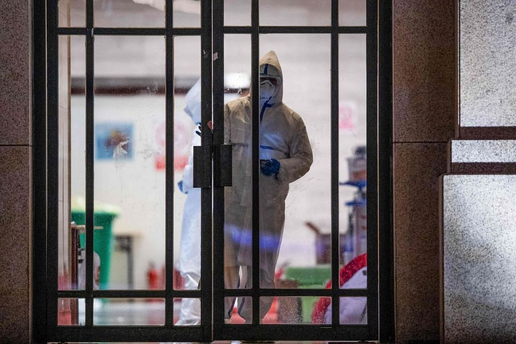 Beberapa pekerja kesihatan dilihat sedang di dalam satu hospital sementara yang ditutup setelah golongan terakhir pesakit Covid-19 dibenarkan pulang, di Wuhan, Wilayah Hubei, China pada 1 Mac 2020. Foto: REUTERS.