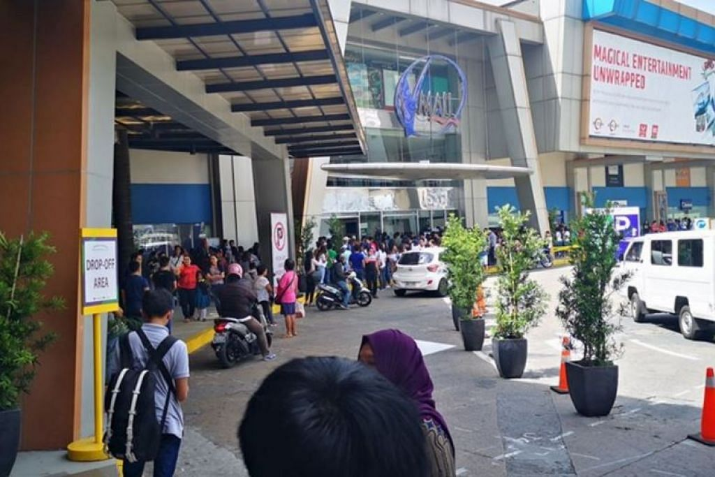 Orang ramai di luar pusat beli-belah V-Mall setelah penembak tahan 30 orang sebagai tebusan. FOTO: FACEBOOK/ JEC CARLOS