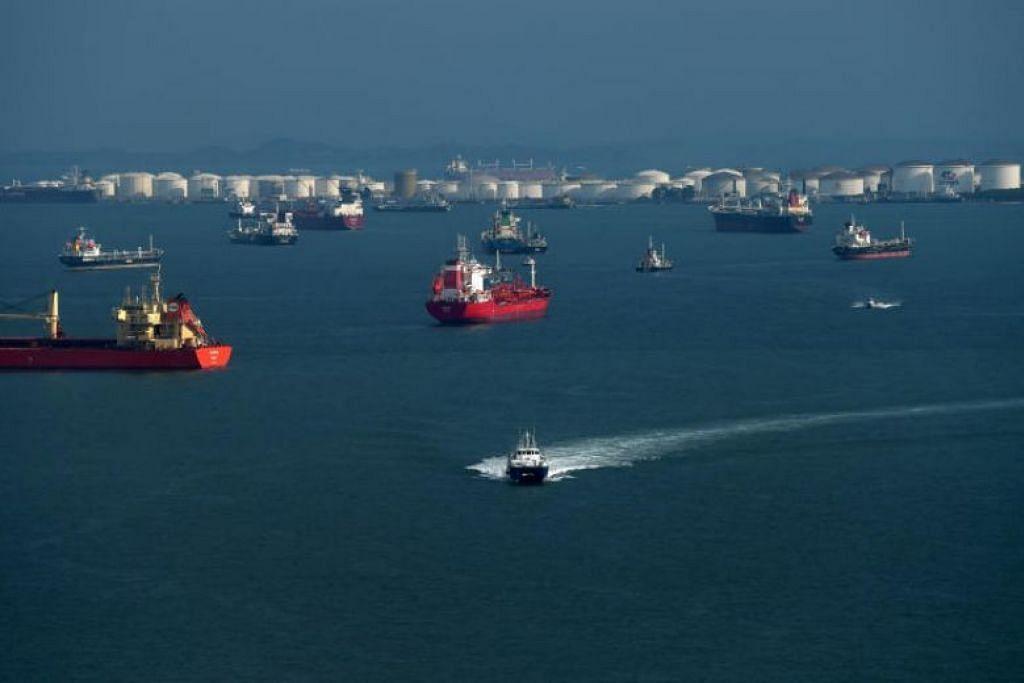 Kapal-kapal sedang berlepas dari Singapura. Dua kapal diserang oleh lanun awal Ahad (9 Februari) lalu.
