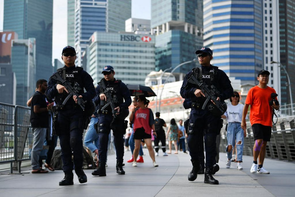 Pegawai berseragam Home Team meronda di Pusat Kawasan Bandar. FOTO: LIM YAOHUI
