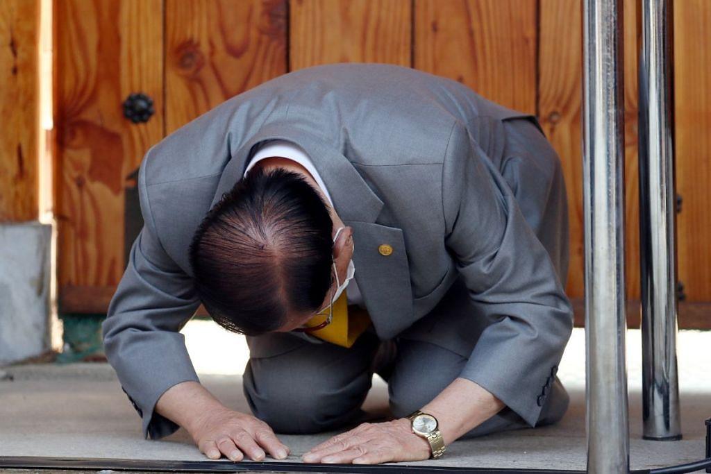 Pengasas gereja Shincheonji Church of Jesus, Lee Man-hee menunduk malu sewaktu sidang media di kemudahan gereja itu di Gapyeong, Korea Selatan pada 2 Mac 2020. - Foto: REUTERS.