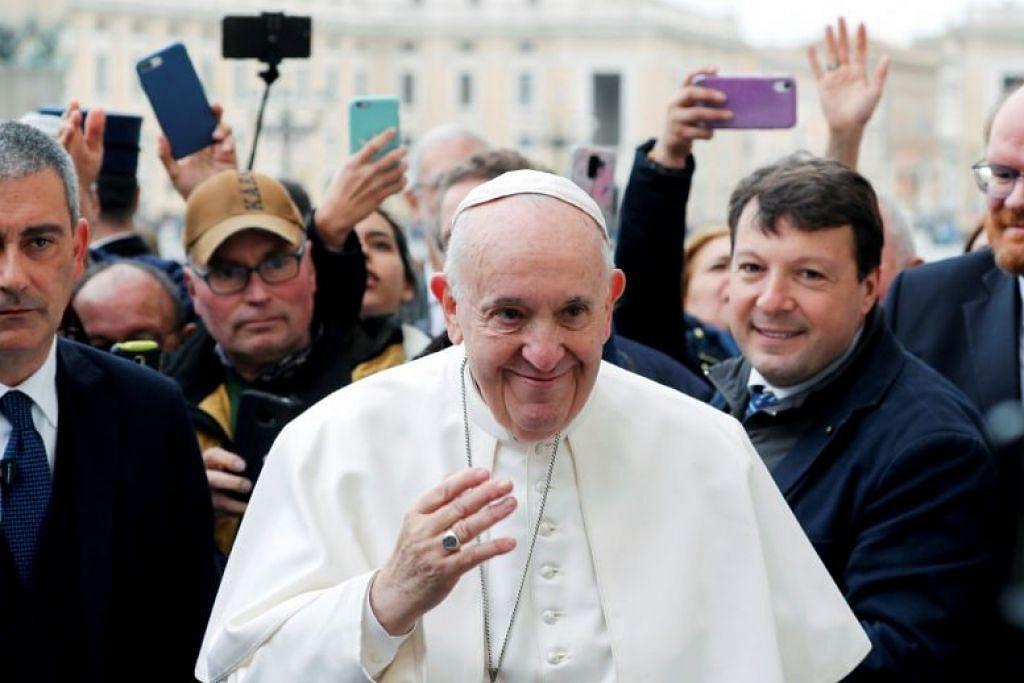 Paus Francis jatuh sakit sedang Italy melawan penularan koronavirus yang kian meningkat.