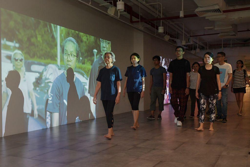 Artis tempatan, Amanda Heng menampilkan satu persembahan klasik-nya sempena pameran Singapore Biennale di mana beliau berjalan ulang-alik dari Muzium Seni Singapura ke Esplanade berulang kali. - Foto: ALPHONSUS CHERN.