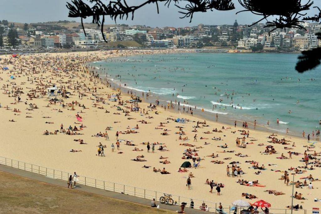 Para pengunjung kelihatan di Pandai Bondi di Sydney, Australia, yang menyaksikan suhu cuaca melambung Disember lalu. Pantai-pantai di Australia dijangka terjejas teruk oleh perubahan iklim dan para air laut terus meningkat.