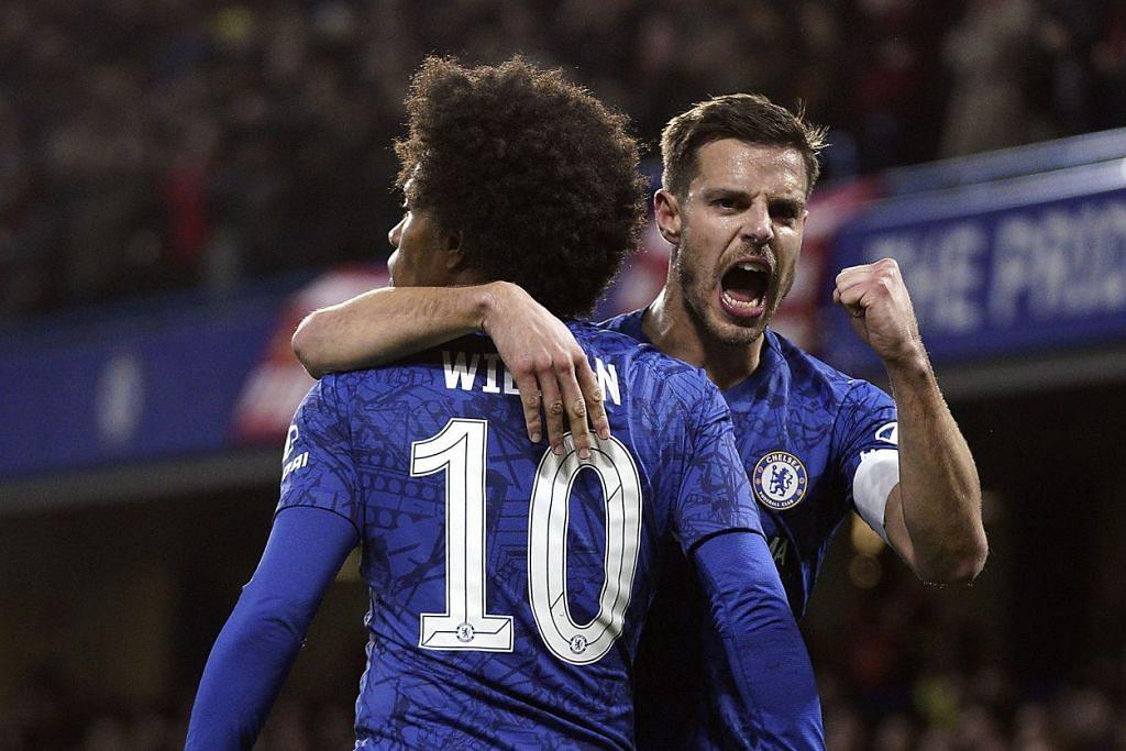 Pemain Chelsea, Willian Borges da Silva, bersama Cesar Azpilicueta (kanan) setelah menjaringkan gol pertama pada Selasa 3 Mac 2020. - Foto: EPA-EFE