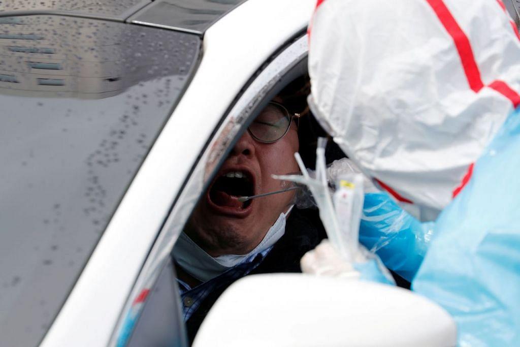 Seorang pekerja kesihatan menjalankan pemeriksaan swab kepada seorang pengunjung di sebuah pusat pemeriksaan di Pusat Perubatan Universiti Yeungnam di Daegu, Korea Selatan pada 3 Mac 2020. Foto: REUTERS