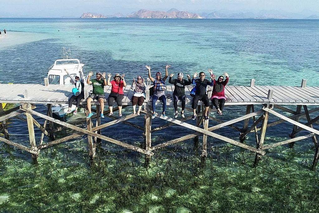 MENYELAM DI PUALAU KANAWA: Pulau Kanawa mempunyai banyak batu karang dan ikan-ikan berwarna-warni di perairannya.