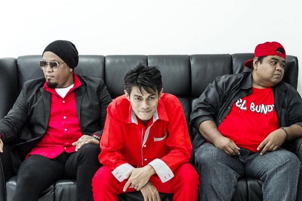 NASIHAT USIK MENGUSIK: Hamzah Adon (tengah) merakamkan lagu terkininya, Nak Jugak, bersama penyanyi rok Ian Blasta (kiri) dan bakat baru, EL Bundy, sebagai lanjutan pada lagu-lagu komedi yang menggunakan kata-kata tular di media sosial. – Foto CIPTA RASA KARYA