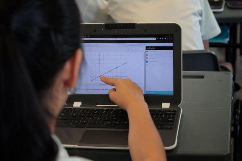 PEMBELAJARAN DIGITAL: Sekolah Menengah Orchid Park telah merintis penggunaan alat pembelajaran peribadi, dengan kesemua 280 pelajar Menengah Satunya tahun lalu diberikan Chromebook.