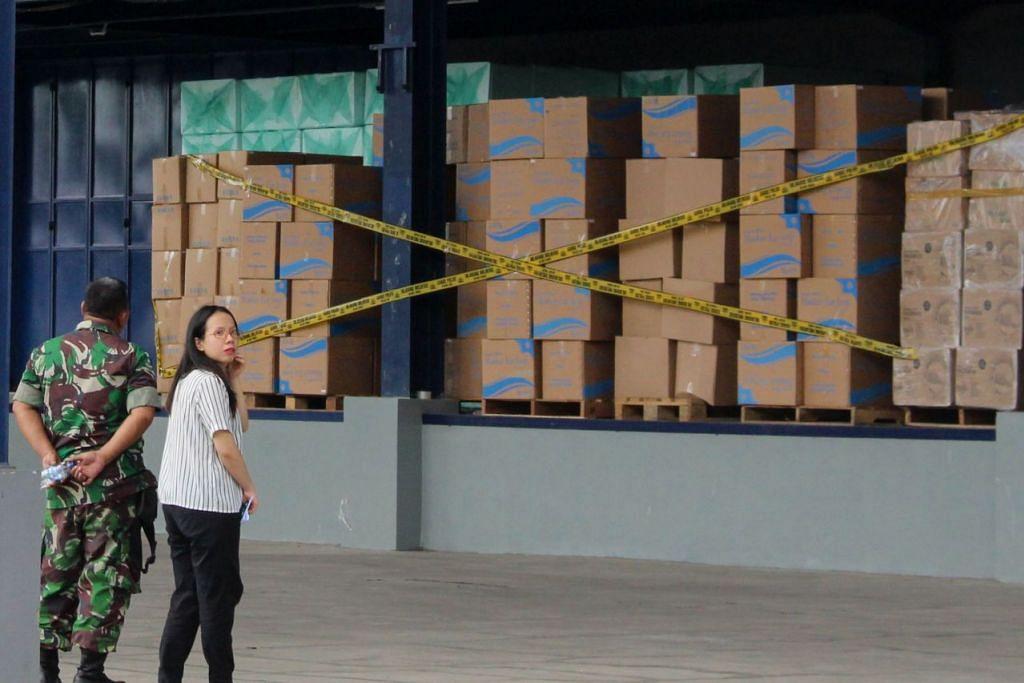 DIRAMPAS: Lebih daripada setengah juta pelitup dirampas polis Indonesia setelah ia menjalankan operasi serbuan di satu gudang yang terletak di Tangerang, Indonesia. - Foto: AFP/FAJRIN RAHARJO