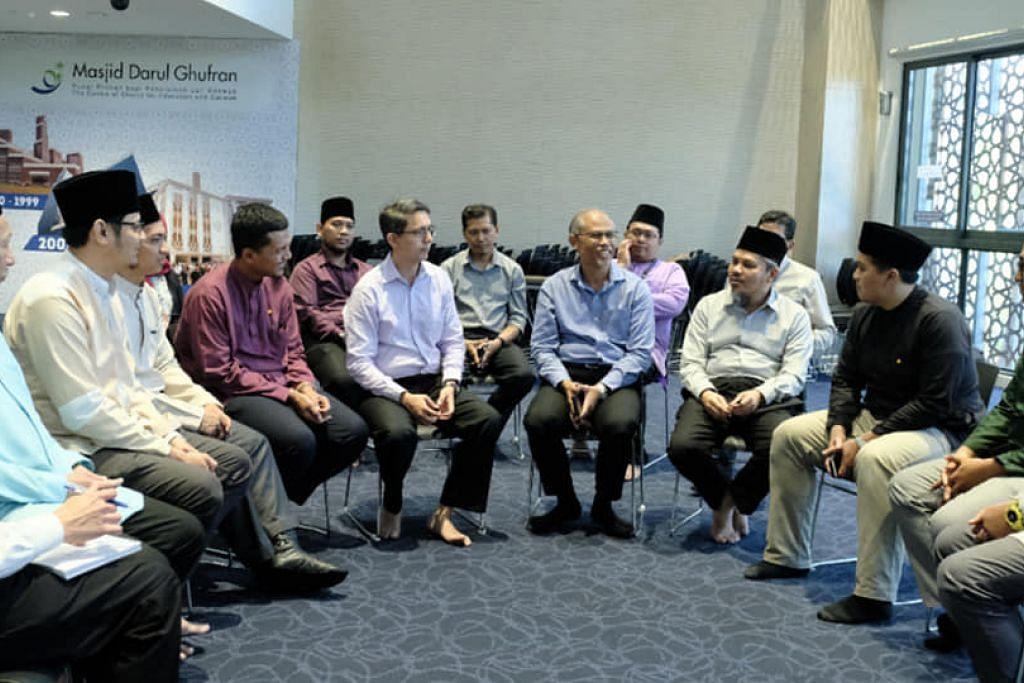 BERSAMA NAIB KADI: Encik Masagos Zulkifli Masagos Mohamad dan Profesor Madya Faishal Ibrahim (lima dan enam dari kanan) menemui sekumpulan naib kadi di Masjid Ghufran pada 2 Mac 2020.
