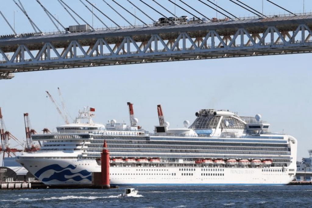 Kapal pelayaran Diamond Princess, yang kini berlabuh di Terminal Kapal Pelayaran Daikoku Pier di Yokohama. Enam lagi orang di atas kapal itu disahkan menjangkiti koronavirus. - Foto EPA-EFE/JIJI PRESS