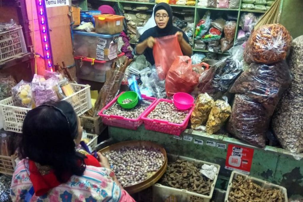 HARGA BAHAN JAMU TERJEJAS: Seorang peniaga jamu sedang melayani pelanggan di Pasar Berinharjo, Yogyakarta, Indonesia pada 2 Mac 2020. - Foto: THE JAKARTA POST/ASIA NEWS NETWORK