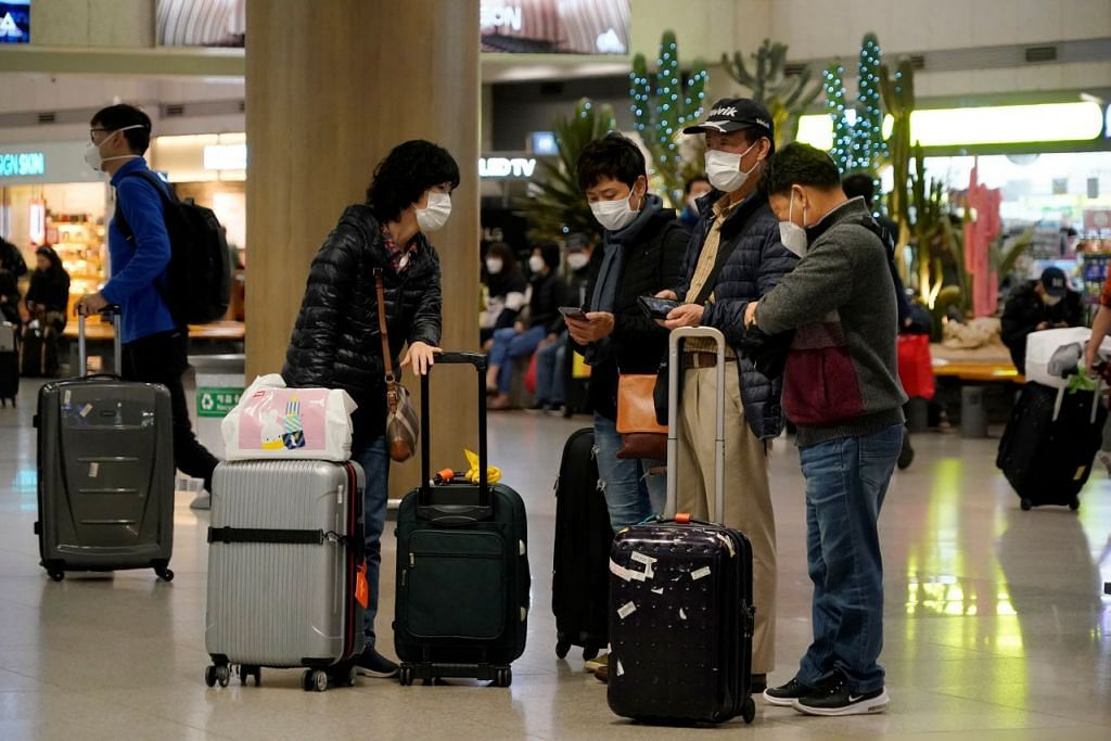 Beberapa orang dilihat memakai pelitup di Lapangan Terbang Antarabangsa Incheon, Korea Selatan pada 3 Januari 2020. Foto: REUTERS