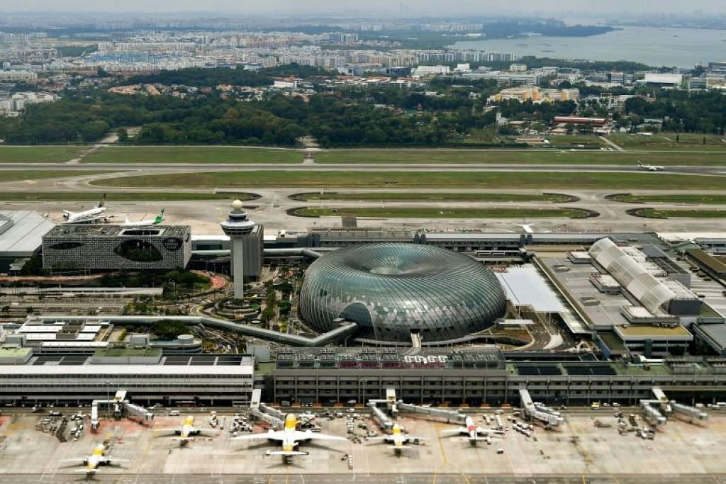 Gambar diambil pada 2019 menunjukkan hotel Crowne Plaza, Jewel dan menara kawalan di Lapangan Terbang Changi.