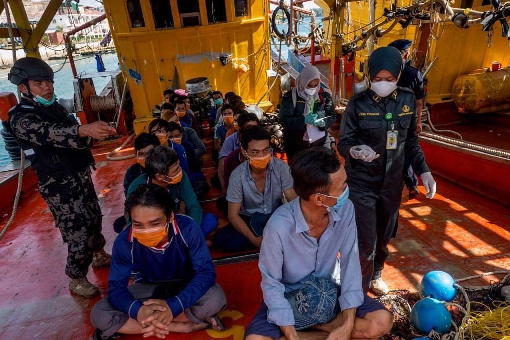 Beberapa pegawai Indonesia telah menahan beberapa dozen nelayan dari Vietnam yang sedang memancing secara haram di Batam pada 4 Mac 2020. Foto: AFP