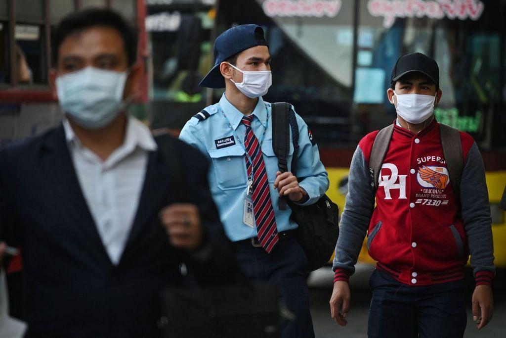 Beberapa penumpang pengangkutan dilihat memakai pelitup di Bangkok pada 4 Mac 2020. Foto: AFP.