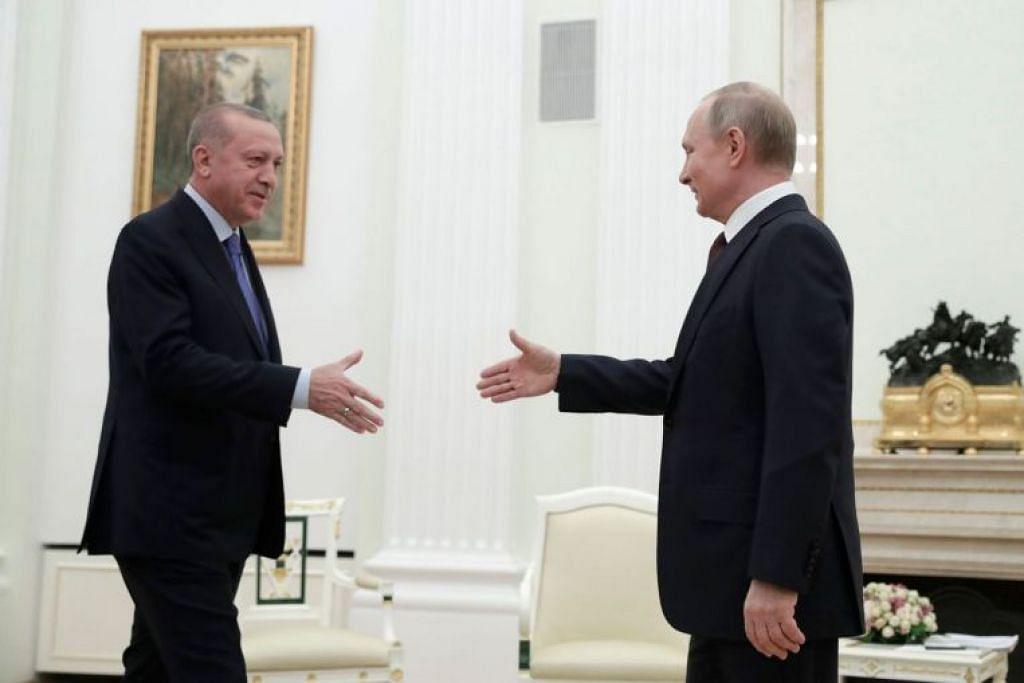 Presiden Russia Vladimir Putin (kanan) dan rakan sejawat dari Turkey Recep Tayyip Erdogan memulakan perbincangan bagi meredakan krisis di wilayah Idlib di barat laut Syria.